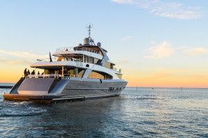 Escuela Náutica Yacht Point barcos fondeado en la bahia atardecer conversión a motor